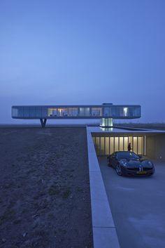 estructura lisa simple y elegante con un uso notorio del material traslucido