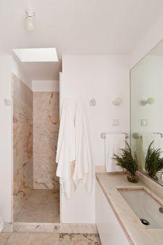 Light-flooded shower, bathroom Príncipe Real apartment, Baixa House    www.baixahouse.com