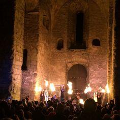 PAX håller eldshow inför en helt slutsåld St Lars ruin. #medeltidsjul  #medeltidsveckan #gotland