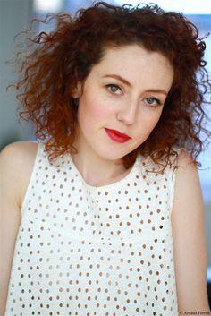 "Elodie Frenck dans ""Les petits meurtres d'Agatha Christie ..."