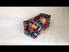 How to do a toilet-case for man Sewing Projects For Beginners, Floral Tie, Purses And Bags, Patches, Blue And White, Quilts, Knitting, Crochet, Beads