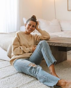Comfy, at home style in your favorite oversized sweater and distressed denim jeans. 70s Fashion, Fashion Dresses, Fashion Tips, French Fashion, Vintage Fashion, Summer Outfits, Casual Outfits, Cute Outfits, Spring Summer Fashion