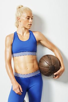 Abs This Core-Busting Workout Takes All of 4 Minutes to Complete - All you need to strengthen your core are 4 minutes and these 5 moves Abs And Cardio Workout, Lower Ab Workouts, Workout Videos, Cardio Workouts, Monday Workout, Dumbbell Workout, Workout Plans, Workout Routines, Best Abdominal Exercises