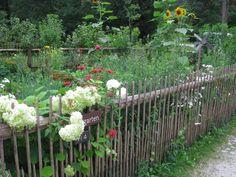 Régi osztrák parasztház kertje a salzburgi skanzenben. The flower garden of an old Austrian farmerhouse (Open Air Museum Salzburg).