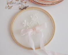 Może tamborek na obrączki w tym stylu z serwetką robiona przez mamę, delikatne nici i wstążki w kolorze motywu przewodniego.