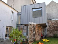 Afin d'offrir à des propriétaires l'espace qui leur manquait dans leur habitation, l'architecte Jean-Luc Héry a eu l'idée de venir y greffer une boîte en zinc. Posée en équilibre sur l'un des ... #maisonAPart