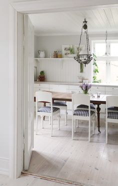 rustic dining/kitchen with white-washed floors  (desdemyventana.blogspot.com)