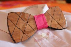 Papillon in ayous con dettagli sui bordi e disegni realizzati a mano con nodo in tessuto
