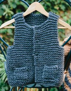 Revista principiantes 4 Otoño / Invierno | 28: Bebé Chaleco | Gris oscuro Baby Sweater Knitting Pattern, Knit Vest Pattern, Knit Baby Sweaters, Baby Knitting Patterns, Pull Bebe, Knitting For Kids, Baby Dress, Knitted Hats, Kids Outfits