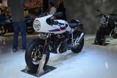 【INTERMOT2016 緊急現地レポート】BMW編 その1 流麗なクラシックレーサー・RnineT Racer デビュー! - オートバイ & RIDE  今回のカンファレンスでステージに上がった新型の中で、ひときわ輝いていたのがこの「RnineT Racer」でした。1960〜1970年代に一世を風靡した、往年のレーサースタイルと空油冷ボクサーユニットとの組み合わせは、まさに黄金の組み合わせです。