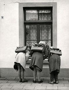 Meisjes met schooltassen ,Nederland 1959
