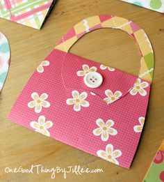 DIY Notecard Purses--going to use this as a gift card holder for mother's day :) Mothers Day Crafts, Crafts For Kids, Ramadan Crafts, Paper Purse, Berry Baskets, Bee Party, Scrapbook Cards, Scrapbooking, Making Greeting Cards