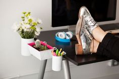 Attach grip clips to cans and loaf pans to create desk organizers that don't clutter up your workspace. 14 Cheap AF Organization Hacks That'll Actually Make Your Life So Much Easier Organisation Hacks, Organizing Hacks, Desk Organization Diy, Diy Desk, Hacks Diy, Organization Station, Neon Home Decor, Feng Shui, Small Space Solutions