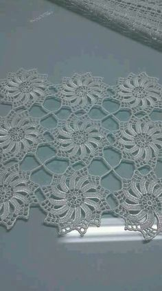 Best 12 Rust stone, decorated with four laps petals, in thin white cotton thread. To collect. Crochet Doily Patterns, Crochet Borders, Thread Crochet, Crochet Motif, Crochet Doilies, Crochet Flowers, Crochet Stitches, Crochet Table Runner, Crochet Tablecloth