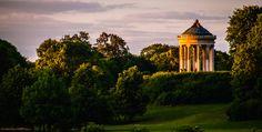 Egal ob im Frühjahr, im Sommer, im Herbst oder im Winter: Der Englische Garten ist Münchner Lebensart pur - und das seit 225 Jahren. Unzählige Besucher kommen jeden Tag hierher, um Spaziergänge auf den weitläufigen Grünflächen zu unternehmen, das Seehaus am Kleinhesseloher See und den Chinesischen Turm zu besuchen oder den Surfern an der Eisbachwelle zuzusehen. Alle Highlights des Englischen Gartens im Überblick.  Der Englische Garten ist sowohl künstlerisch von hoher Qualität als auch…
