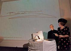 Nederlands Koningshuis. Op 14 juni 1994 opent Koningin Beatrix het Vormingsinstituut in Amsterdam door het zetten van haar handtekening die vervolgens op de muur wordt geprojecteerd.Persoon links onbekend. Nederland.