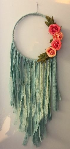 magnifique capteur de rêve, décoré de franges vertes et quatre roses, modele fascinant