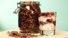 Upiecz sobie całą blachę granoli, zabierz do pracy, a już nigdy nie zaznasz głodu. W pracy podjadaj z jogurtem i owocami. Całe piętro będzie ci zazdrościć. Jeśli lubisz swoich współpracowników, możesz się podzielić.   Składniki:  2 szklanki płatków owsianych  1 szklanka mieszanki orzechów  50 g pestek dyni  50 g płatków migdałowych  50 g wiórków kokosowych  łyżeczka ekstraktu waniliowego  pół szklanki miodu  2 łyżki soku jabłkowego  gałka muszkatołowa  1/2 łyżeczki mielonego ziela…