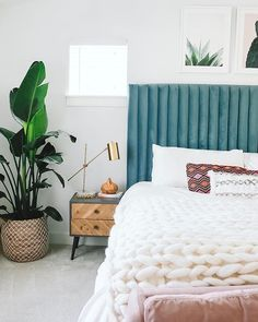 Minimal decor but still cozy. This room uses different textures, such as plants, wicker baskets, wood side tables, and a gold lamp, perfectly together.