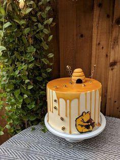 Winnie The Pooh Themes, Winnie The Pooh Cake, Winnie The Pooh Birthday, Baby First Birthday, Bee Birthday Cake, Modern Birthday Cakes, Birthday Ideas, Winnie The Pooh Honey, Baby Shower Cakes