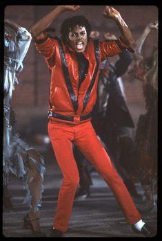 Beat it: a moonwalk through Michael Jackson's fashion history Michael Jackson Smile, Michael Jackson Thriller, Gary Indiana, Prince Of Pop, Elvis Presley Photos, Hip Hop Art, The Jacksons, Pop Fashion, High Fashion
