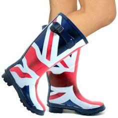 O pereche de cizme de cauciuc reprezinta o alternativa fashion si deopotriva haioasa pentru incaltamintea de sezon.