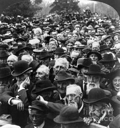 Crowds in Lincoln, Nebraska, listening to a speech by U.S. President Theodore Roosevelt, 27 April 1903.