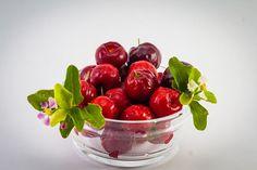 Acerola este fructul unui mic arbust exotic cu același nume, răspândit în regiunile tropicale din America de Sud, în special în Peru, Caraibe și în pădurile amazoniene din Venezuela și Brazilia. Fructele sale sunt bace roșii cu gust acrișor, semănând izbitor de mult cu cireșele. Alte denumiri ale acerolei: cireașă de Antille, vișină de Barbados, vișină tropicală, cireașă portoricană. Acerola, Vitamin B12, Puerto Ricans, Breastfeeding, Plum, Broccoli, Cherry, Smoothie, Tropical