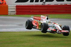 f1 Adrián Sutil volando por los aires en el Force India VJM01 para el Gran Premio de Gran Bretaña en 2008 ... ¿Será que poco a poco se está convirtiendo en el Alemán volador