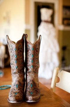 If you want to find very comfortable wedding shoes you have two top choices, one is to wear cowgirl wedding boots (as many of our readers choose). However, cowgirl boots aren't for everyone, even i… Mode Country, Estilo Country, Country Girls, Country Boots, Country Outfits, Western Boots, Country Dresses, Southern Girls, Boot Over The Knee