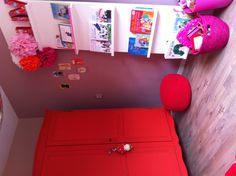 Rode kast #kidsroom  planche + support frames ikea. Love the bookshelves and red wardrobe in this little girl's bedroom.