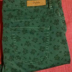 "Zara SZ10  floral print skinny trouser SZ 10/30L 9"" Rise ZARA green floral print skinny trousers. Zara Pants Skinny"