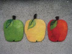 Pannunalunen huopaa, vihreä, keltainen ja punainen omppu. Wool Felt, Villa, Feltro, Wool Felting, Villas