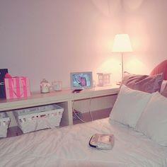 """Cameretta mi eri mancata, e dopo 2 ore di treno un po' di meritato relax! Ragazze questo è  un angolo della mia stanza, non che sia così """"figa"""" come le stanze meravigliose che si vedono su instagram  ma tutto sommato non è  poi così  male;) ...♡ #room #pink #girly #fashion #interiordesign #shabby #arredamento #ikea #camera #ragazza #style #white #evening #cozytime #homesweethome"""