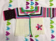 Saco en crochet niña elaborado por Guela Mainieri