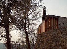 """Construido por Studioartec en Monticelli Brusati, Italy con fecha 2008. Imagenes por Bruno Tonelli. El Santuario de la """"Virgen de la Rosa"""" está emplazado sobre una colina en Monticelli Brusati, al norte de Italia, y e..."""