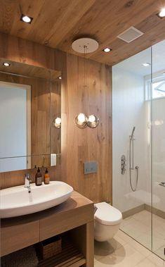 banheiro revestido com madeira