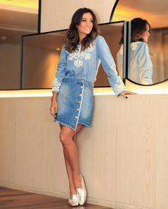 Jeans Jeans A composição hot trend dos anos 90 ganha upgrade casual e feminino na produção total @riachuelo da minha Fhits influencer @silviabraz com blusa em detalhes bordados mini skirt com botões frontais outra forte aposta para a temporada. So cool! #FhitsTeam #FhitsTips #FhitsTrendAlert