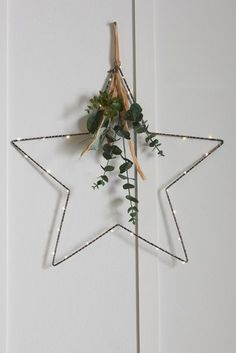 Deck the halls: Hanging Christmas wreath decoration ideas - Love this elegant minimalist star design wreath, it even comes pre-lit with tiny lights. Noel Christmas, Simple Christmas, Christmas Wreaths, Nordic Christmas Decorations, Advent Wreaths, Christmas Tables, Reindeer Christmas, Christmas Costumes, Modern Christmas