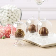 Display this adorable acrylic cake stand with lid at your upcoming wedding for a look guests will notice.
