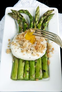 Grilled Asparagus w/Poached Egg & Toast Crumbles.i just LOVE asparagus! Egg Recipes, Cooking Recipes, Healthy Recipes, Delicious Recipes, Think Food, I Love Food, Omelettes, Breakfast Time, Breakfast Recipes