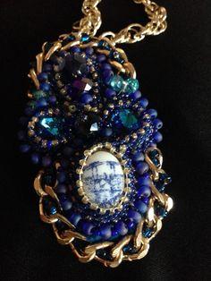 Collar en colores azules de cristal y dorados elaborado a mano