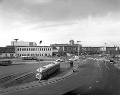 Gezicht op het N.S.-station Utrecht C.S. te Utrecht met op de voorgrond het Stationsplein.1971