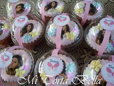 Cupcakes decorados con masa elástica y papel de arroz.
