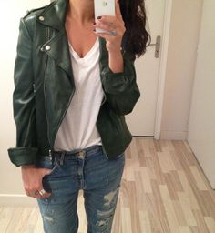 Men's Leather Jackets: How To Choose The One For You. A leather coat is a must for each guy's closet and is likewise an excellent method to express his individual design. Leather jackets never head out of styl Green Leather Jackets, Leather Jacket Outfits, Fall Winter Outfits, Autumn Winter Fashion, Fall Fashion, Rock Chick Style, Look 2018, Swagg, Leather Fashion
