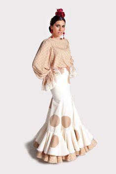 El traje de gitana modelo SONIQUETE se trata de un modelo de dos piezas de blusa y falda. La blusa es ancha, de seda en color cámel con lunaritos en beige. El escote es tipo barco. Las mangas son largas y anchas, tipo globo, y llevan un volante en el puño con encaje beige al filo. La falda de nesgas es de crespón beige y va adornada con lunares de 13 cms. bordados al trapo en color cámel. Tiene dos volantes, el primero es beige con esos mismos lunares en cámel bordados al trapo; y el segundo… Spanish Fashion, Audrey Hepburn, Ballet Skirt, Skirts, Inspiration, Clothes, Dresses, Templates, Scrappy Quilts