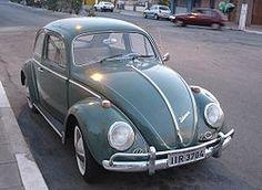 """1938. VW Tipo 1. El famoso """"Escarabajo"""" diseñado por Ferdinand Porsche en la Alemania de Hitler se convirtió en el coche más vendido del mundo después de la II Guerra Mundial. Producido entre los años 1938 y 2003, es el auto con más tiempo de producción en la historia. Se construyeron y vendieron más de 21 millones de unidades. Es un coche de culto en numerosas subculturas, como la hippie y el tuneo."""