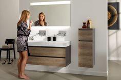 """Een stoer badkamermeubel voor een unieke badkamer. De donkere wastafelkast met fronten in houtstructuur zorgt voor een stoer aanzicht. Perfect voor iedereen met een eigenwijze stijl. Het hoge keramische wastafelblad zorgt voor de """"finishing touch"""" en optimaal gebruiksgemak. #primabad"""