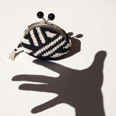 Monedero de ganchillo, monedero boquilla metálica, tapestry crochet, portamonedas, blanco y negro, tejido a rayas, regalo elegante de Basimaker en Etsy