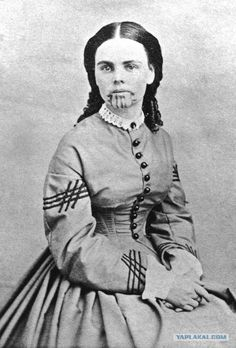 Studio portrait of Olive Oatman, who was the only member of her family to survive being captured by Yavapai Indians. She was sold to the Mojave tribe who treated her kindly but tattooed her chin with the mark of a slave. Christophe Jacrot, Portraits Victoriens, Art Indien, Pioneer Girl, Native American Tribes, Native Americans, Jolie Photo, Women In History, Art History